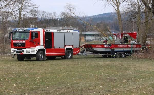 Ölteppich auf der Donau: Feuerwehren errichteten Ölsperren