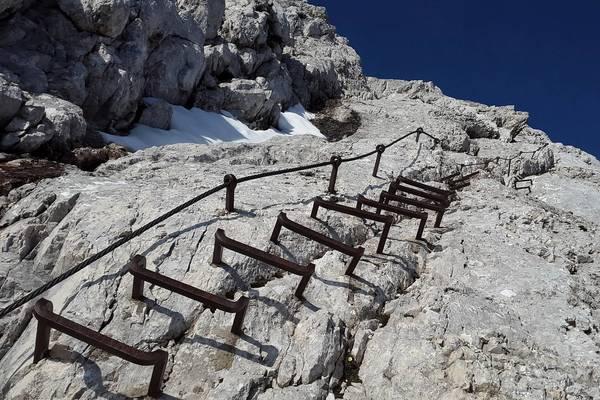 Klettersteig Leopoldsteinersee : Eisenerz: kletterer auf klettersteig von kaltfront überrascht mit